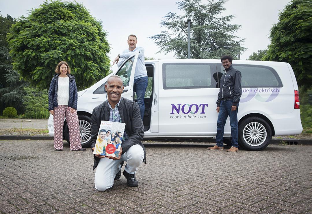 Tesfay met zijn diploma met begeleiders vanuit Nooit en Trajectbegeleider Angessom vanuit Werkkracht